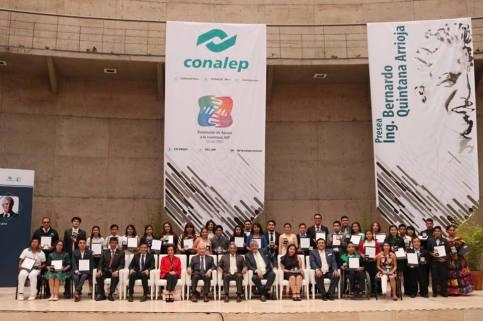 Reciben alumnos del CONALEP medallas por excelencia académica.