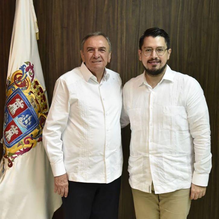 Gobernador y director del Infonavit firman un convenio.