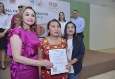 Victoria Damas de Aysa entrega las primeras actas de nacimiento en Braille.